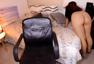 She shoes her bubble ass on webcam