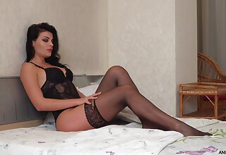Seductive housewife Milena is jilling not present her pussy
