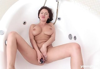 Well-endowed babe's shaved momentary pussy receives the best treatment