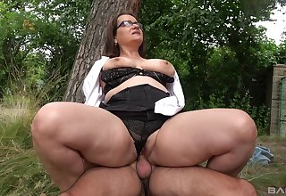 Chubby ass mature rides unearth in a park and swallows